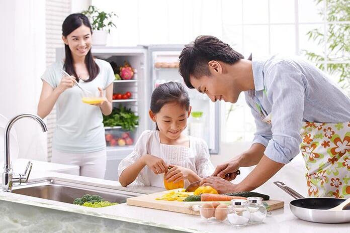 bố mẹ vào bếp cùng con