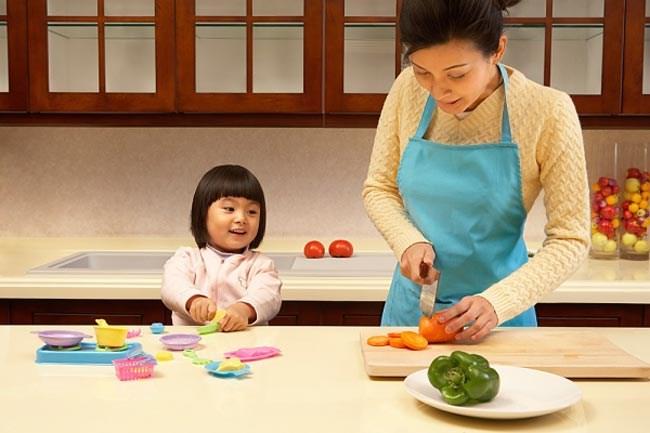 con cùng mẹ vào bếp